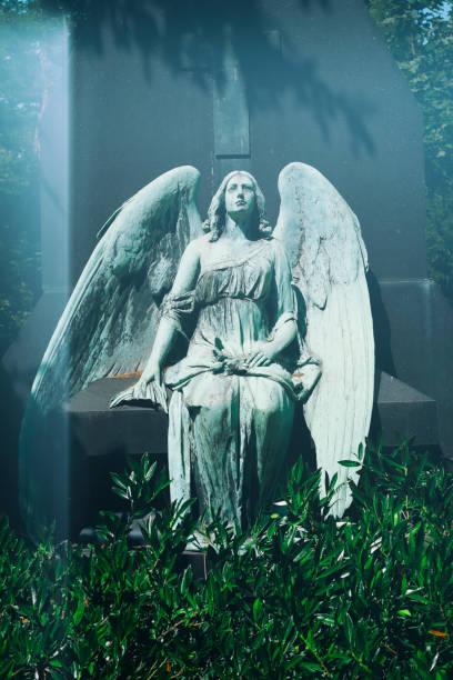 Antike Engel Statue auf einem Friedhof – Foto