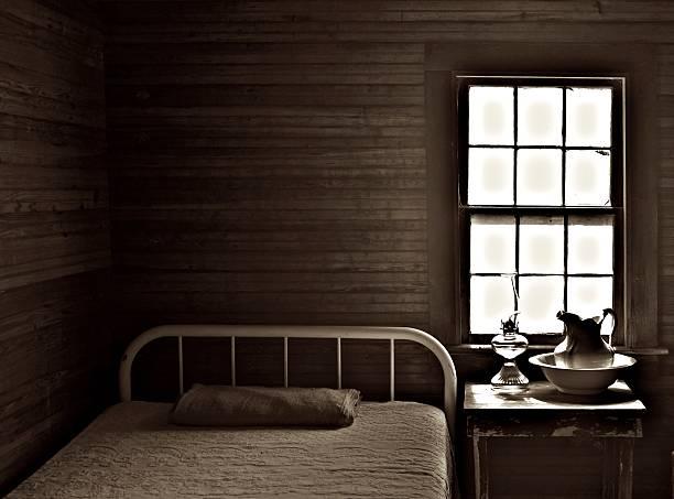antikes schlafzimmer - bauernhaus bett stock-fotos und bilder