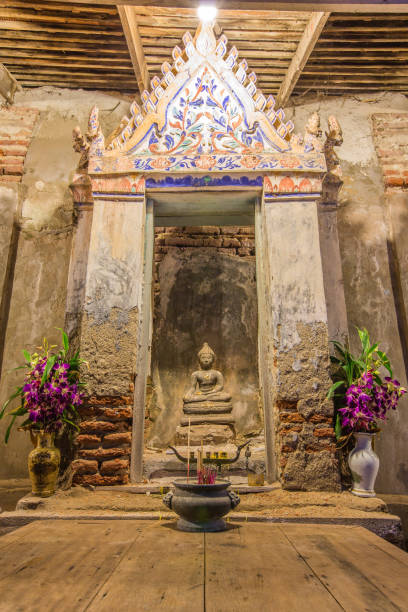 Antique Buddha statue - SAMUT SAKHON, THAILAND SAMUT SAKHON, THAILAND - SEPTEMBER 25: Antique Buddha statue on September 25 in Wat Yai Ban Bo. dilapidate stock pictures, royalty-free photos & images