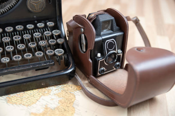 antike kamera und schreibmaschine - erzählender schreibstil stock-fotos und bilder