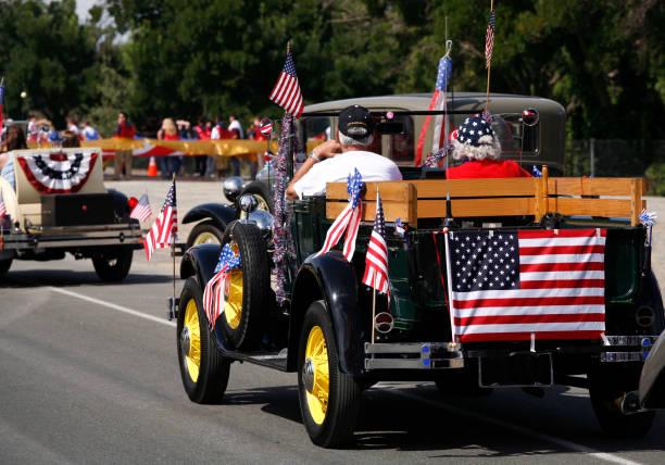 antique car in july 4th parade - geçit töreni stok fotoğraflar ve resimler