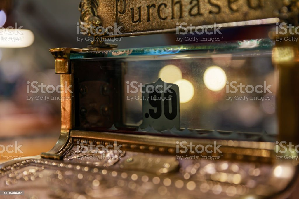 Antiga caixa registradora com noventa centavos mostrando como uma venda. - foto de acervo