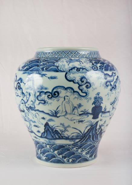 antike chinesische unter verglasten blauen und weißen wein glas - keramik vase stock-fotos und bilder
