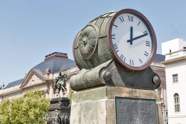 antike uhren in berlin, deutschland. - last minute urlaub deutschland stock-fotos und bilder