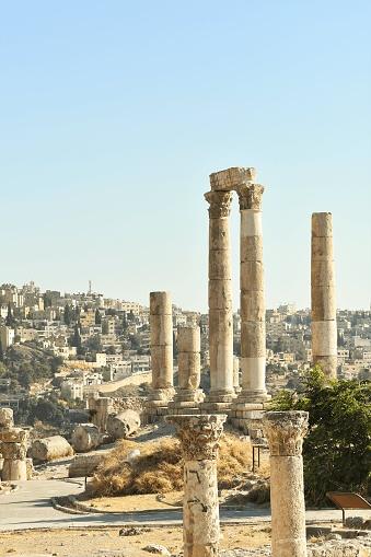 En lo más alto de una de las montañas que bornean Amán se encuentra, silenciosa, La Ciudadela de la capital jordana. Un complejo de mezquita, museos y ruinas que dejan sin palabras a quienes la visitan