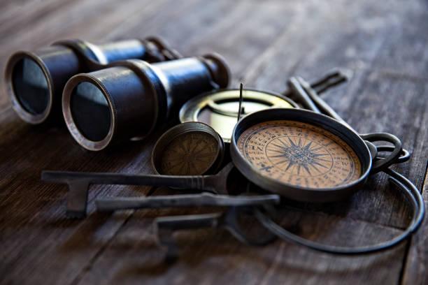 Antike Kompasse, Schlüssel und Fernglas auf altem Holz – Foto