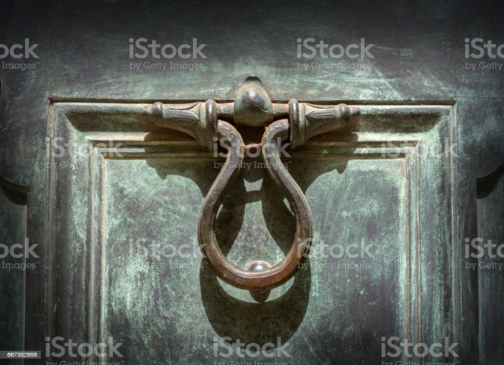 Picture of: Antique Doorknocker On Old Doo Foto De Stock Y Mas Banco De Imagenes De Acero Istock