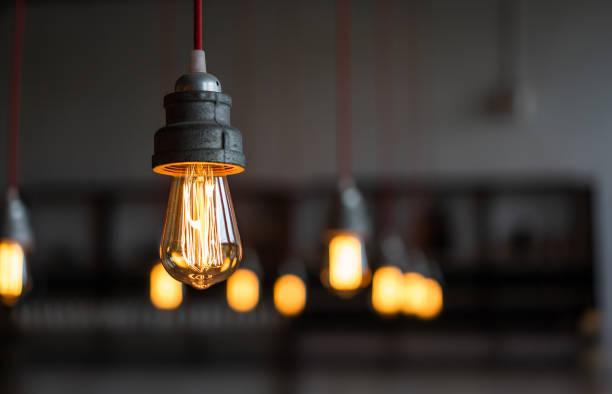 Antike elektronische dekorative Lampe in der Fabrik – Foto
