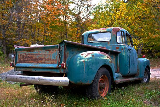 alte farm truck - alte wagen stock-fotos und bilder