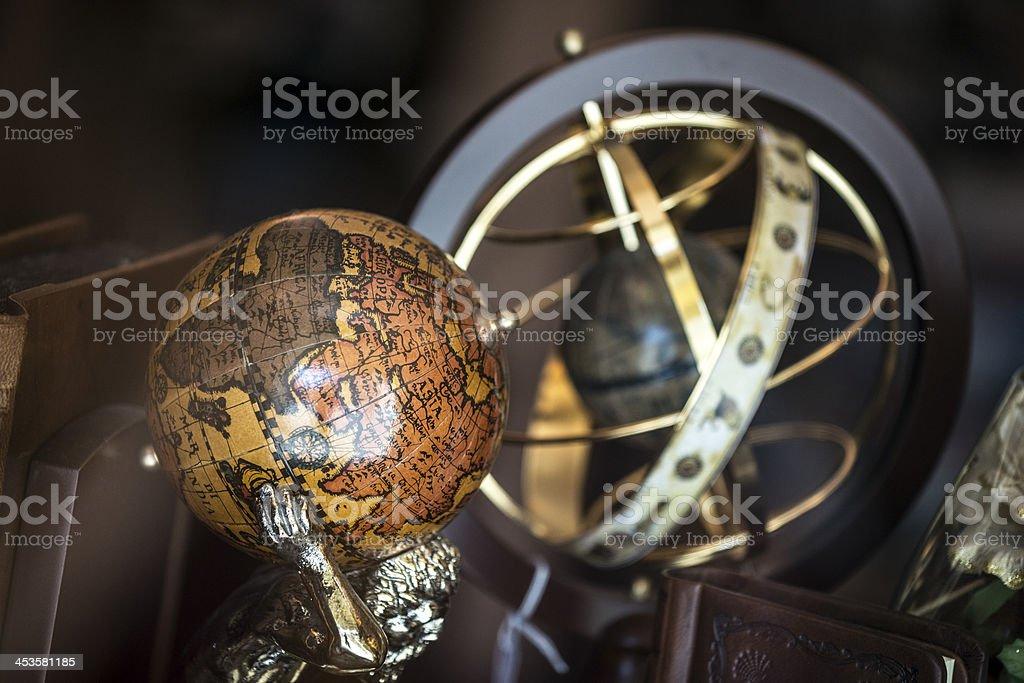 Antiguo mundo con armilar o esférico astrolabio - foto de stock