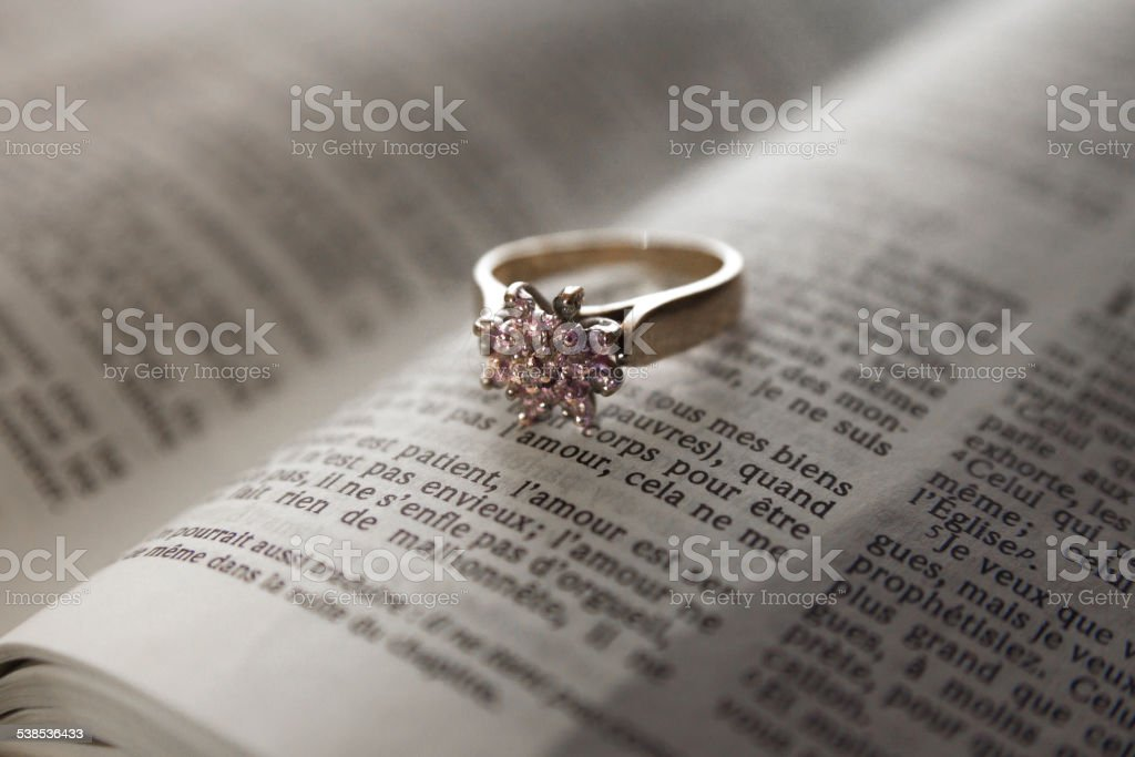 antique gold engagement ring sitting on an open bible picture id538536433 oro antiguo anillo de compromiso sobre una biblia abierta de estar