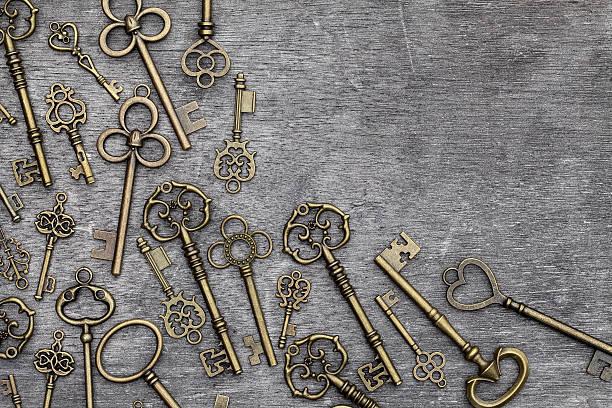 antiker goldener schlüssel - schlüssel dekorationen stock-fotos und bilder