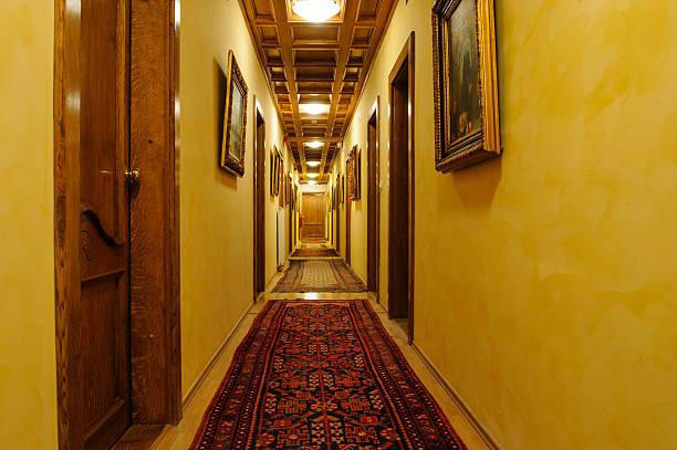 antikes korridor - teppich geometrisch stock-fotos und bilder