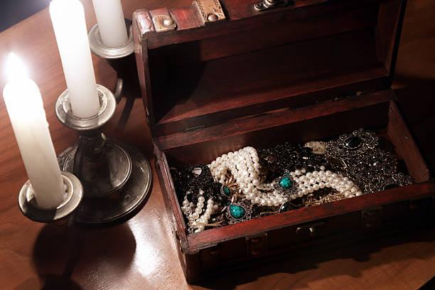 antikes schmuckschatulle - goldgefüllte kette stock-fotos und bilder