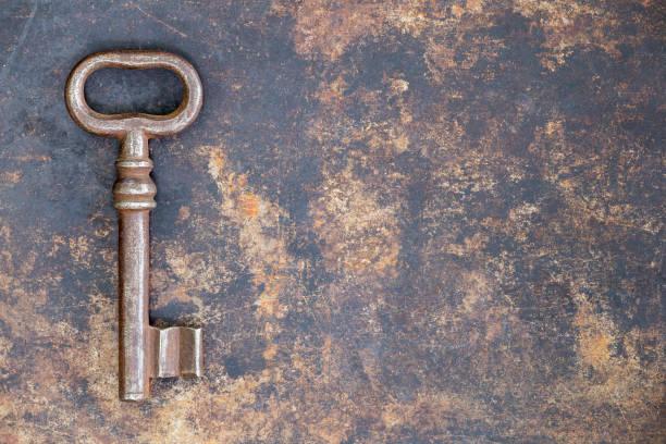 古色古香的鑰匙在格子金屬背景,逃生室概念 - 電腦按鍵 個照片及圖片檔