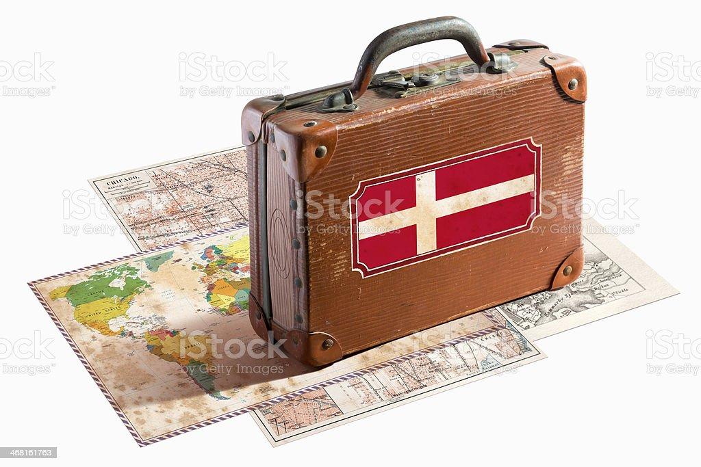 Antigo mala de viagem de couro com Bandeira Dinamarquesa sobre mapas - foto de acervo
