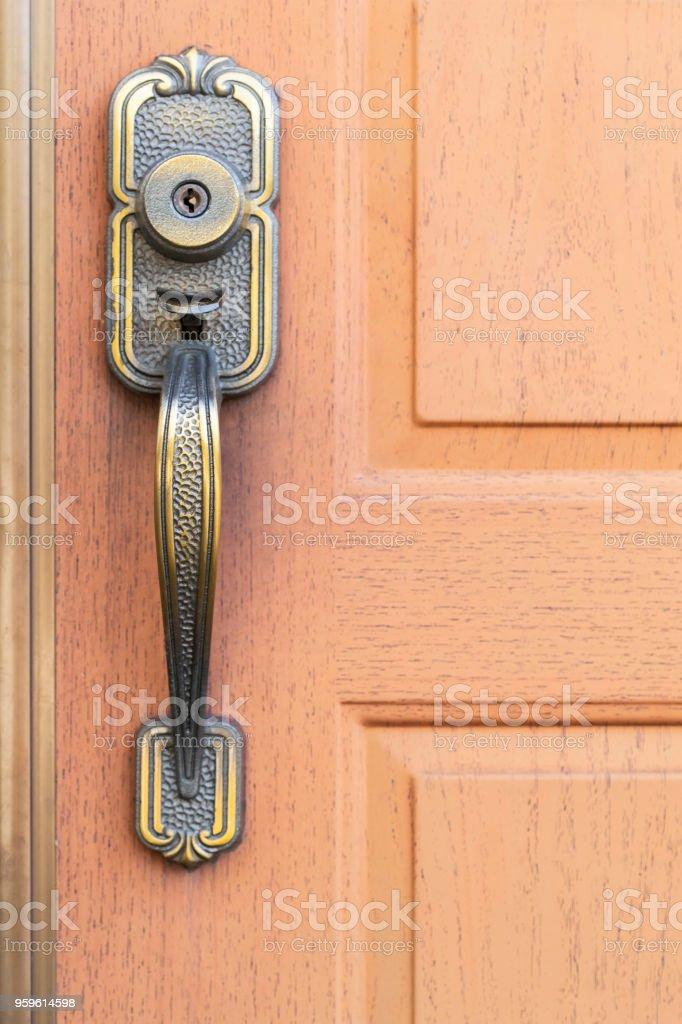 Manija de la puerta de metal antiguo y puerta de madera marrón - Foto de stock de Abierto libre de derechos