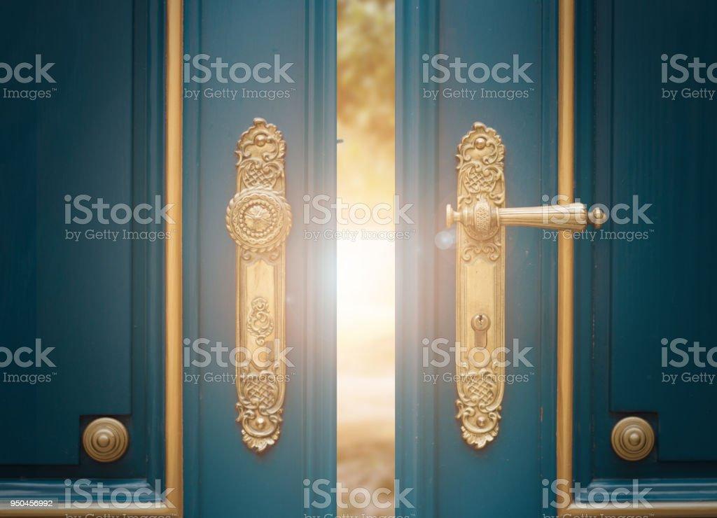 Antike verzierte gold Türgriff – Foto