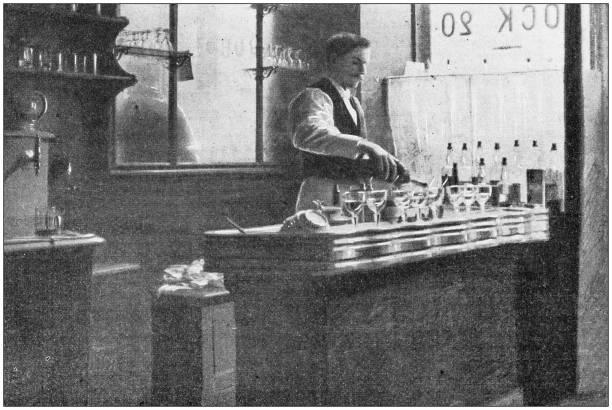 antyczne zdjęcie: barman serwujący napoje - archiwalny zdjęcia i obrazy z banku zdjęć