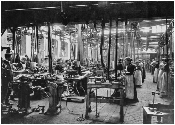 antyczne zdjęcie imperium brytyjskiego: kobiety pracujące w fabryce rowerów - archiwalny zdjęcia i obrazy z banku zdjęć