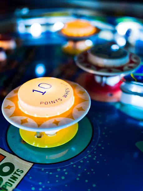 antikes flipperautomat - pinball spielen stock-fotos und bilder