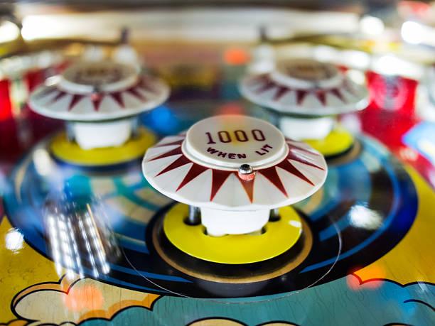 antikes flipperautomat mit dem ball in bewegung - pinball spielen stock-fotos und bilder