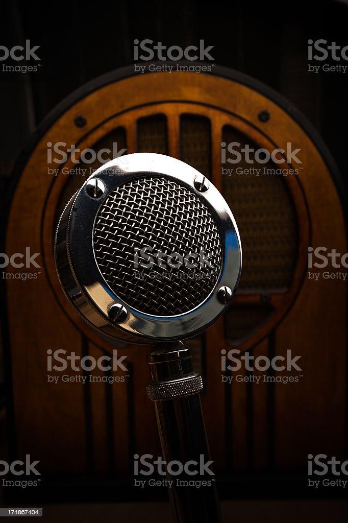 Rádio antigo e Announcer o microfone - foto de acervo