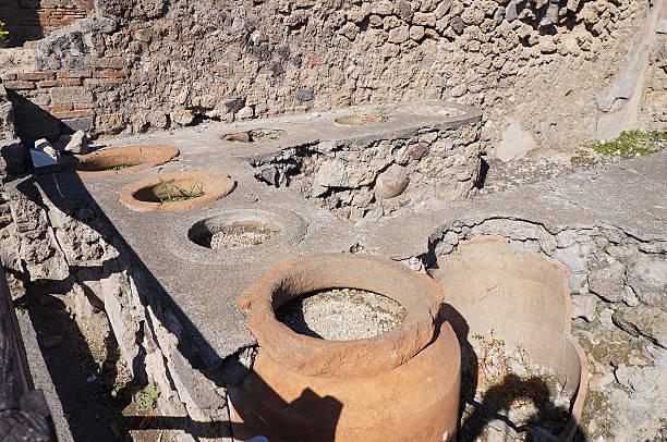 antike restaurant in den ruin city, pompeji, italien - ein topf wunder stock-fotos und bilder