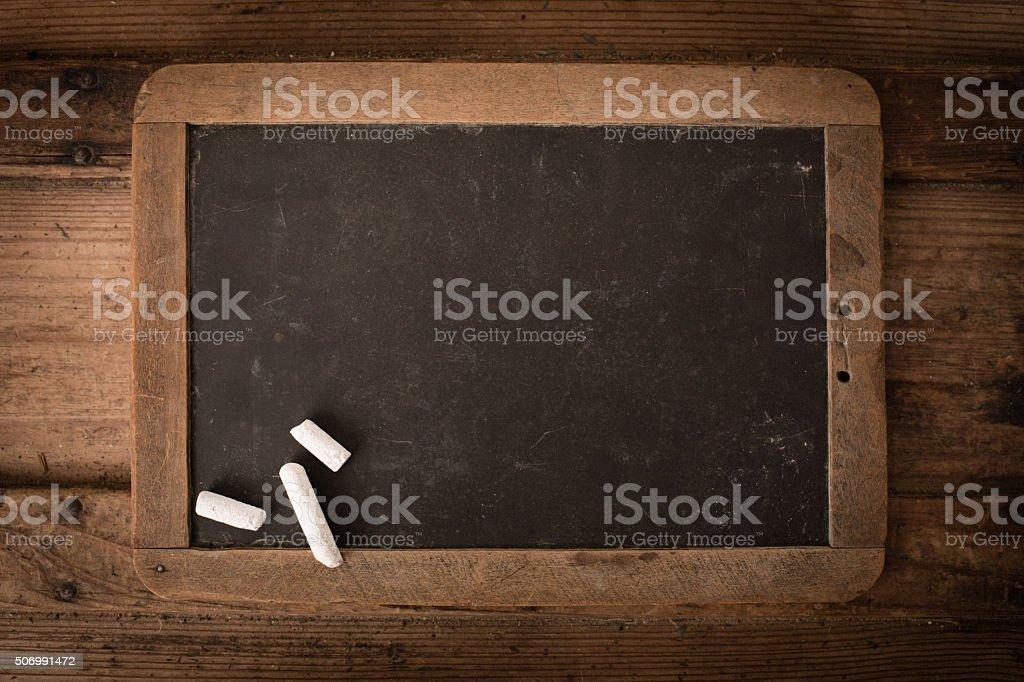 Ancien cadre en bois et l'ardoise tableau sur vieux Tronc - Photo