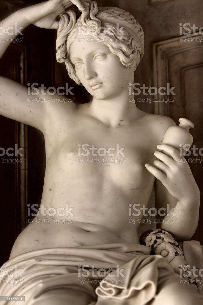 Antike statue der junge Frau Waschen Ihr Haar – Foto