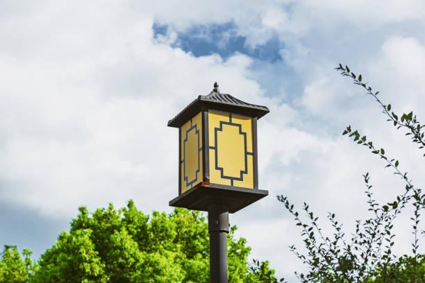Lámpara de calle antigua bajo el cielo azul y nubes blancas - foto de stock