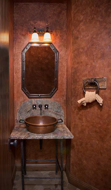 antiken stil copper waschbecken basin in ein kleines badezimmer - badezimmer rustikal stock-fotos und bilder