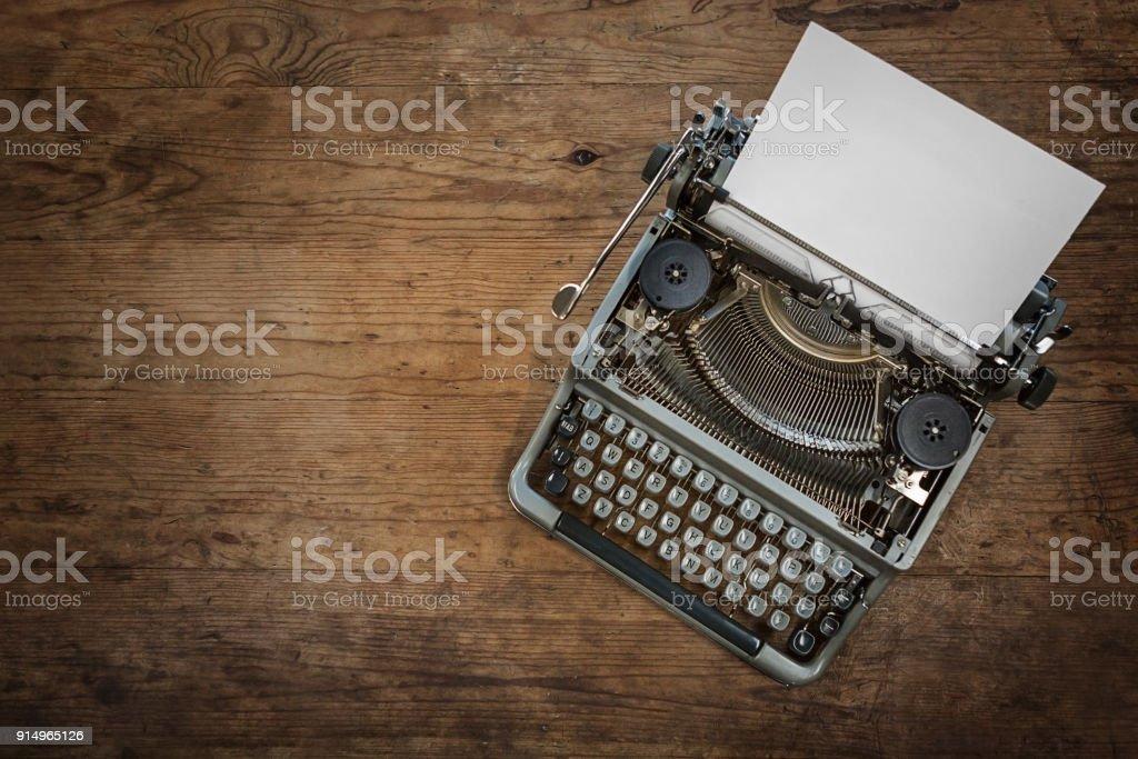 Antique machine à écrire sur le bureau de bois rustique u photos