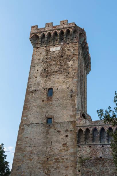 antieke vicopisano kasteel toren in pisa, italië - klokkentoren met luidende klokken stockfoto's en -beelden