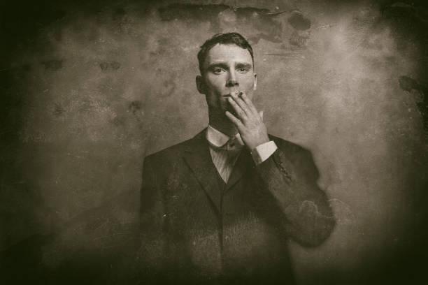 antike nasse teller foto der 1920er jahre englische gangster im anzug qualmender zigarette. - scheuklappe stock-fotos und bilder
