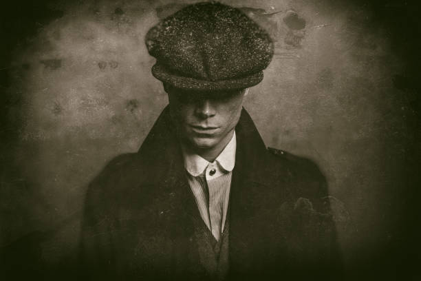 antike nasse teller foto des geheimnisvollen 1920er jahre englische gangster mit flache kappe. - schiebermütze stock-fotos und bilder