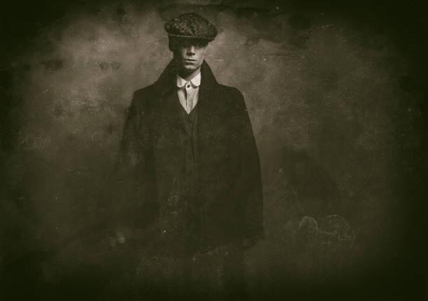 antique wet plate photo of mysterious 1920s english gangster with flat cap and black coat. - gangster zdjęcia i obrazy z banku zdjęć