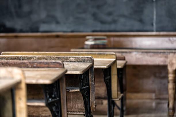 Antike Holz Schreibtische mit Blick auf Old School Klassenzimmer Tafel – Foto