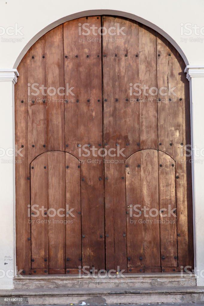 Antica porta di legno da chiesa foto stock royalty-free