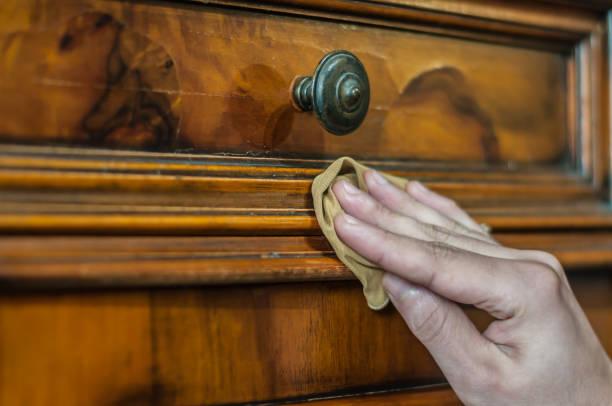 restauration d'un mobilier en bois - ameublement photos et images de collection