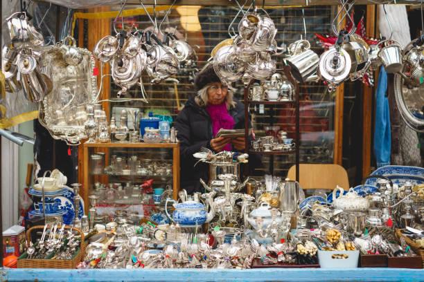 antiquitäten-stall in der portobello road market in notting hill, london (uk). - besteck günstig stock-fotos und bilder