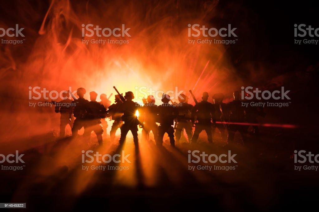 Polícia antimotim dá sinal de estar pronto. Conceito de poder de governo. Polícia em ação. Fumo em um fundo escuro com as luzes. Azuis vermelhas intermitentes sirenes. Poder da ditadura - foto de acervo