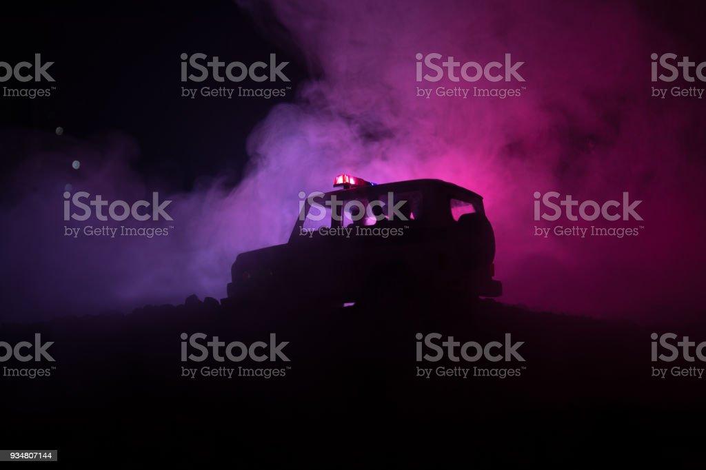 폭동 진압 경찰 준비 신호를 주고입니다. 정부 전력 개념입니다. 행동에 경찰입니다. 라이트와 어두운 배경에 연기. 푸른 빨간 번쩍이는 사이렌 소리 - 로열티 프리 거리 스톡 사진