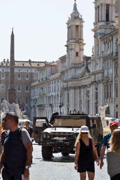 antiterrorism troops in piazza navona - roma foto e immagini stock