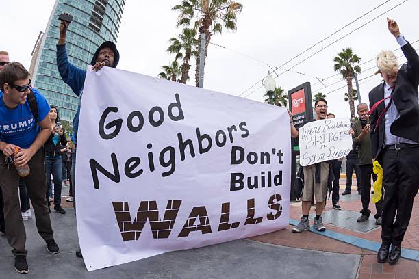 anti-trump protesters against the wall - trump 個照片及圖片檔