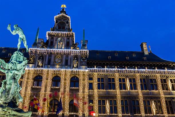 Rathaus von Antwerpen und der Brabo-Silvius in Belgien – Foto