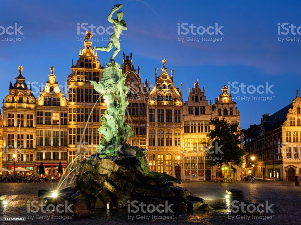 Amberes Grote Markt Con La Famosa Estatua Y Fuente De Brabo