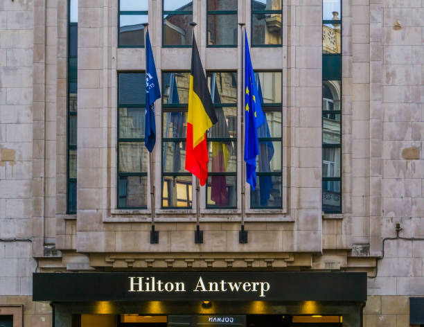 antwerpen, belgien, 23. april 2019, schild am eingang des hilton-hotels in antwerpen - hotels in antwerpen stock-fotos und bilder