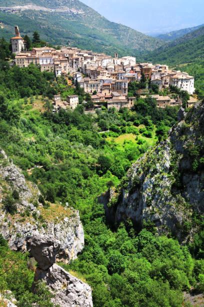 Anversa degli abruzzi-vieja aldea en Italiano en las montañas. - foto de stock