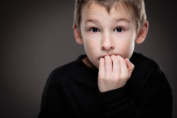 angst/angst in einem kleinen jungen - autismus stock-fotos und bilder